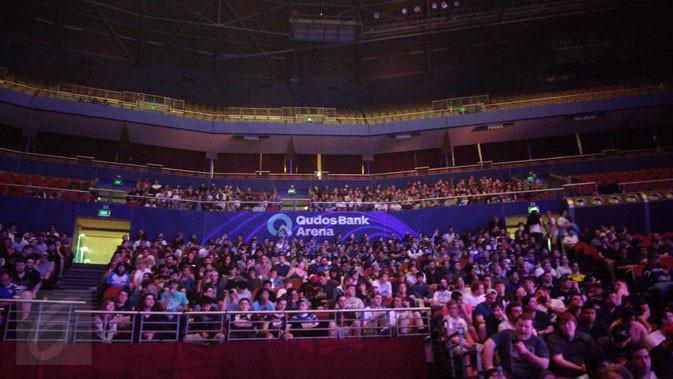 Penonton tampak terpukau oleh performa masing-masing tim di babak semifinals. Liputan6.com/ Yuslianson