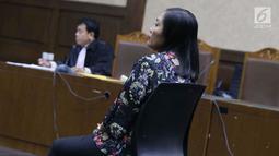 Direktur Keuangan PT Inersia Ampak Engineer (IAE), M Indung Andriani saat menjalani sidang pembacaan putusan sela di Pengadilan Tipikor, Jakarta, Rabu (11/9/2019). Sebelumnya, JPU KPK mendakwa M Indung Andriani menjadi perantara suap untuk Bowo Sidik Pangarso. (Liputan6.com/Helmi Fithriansyah)
