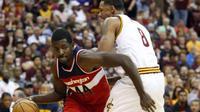 Pemain Washington Wizards, Andrew Nicholson, mendribel bola melewati pemain Cleveland Cavaliers, Channing Frye, pada laga pramusim NBA, di Ohio, Rabu (19/10/2016) WIB. (AP)
