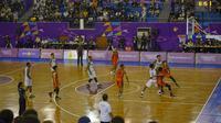 Kuarter kedua antara tim basket Putra Papua melawan tim Basket Bali telah berakhir, dengan skor 24-32, pertandingan akan segera di lanjutan di GOR Basket MSC Mimika, Rabu (29/9/2021) (Foto : PB PON XX Papua 2021/ Aripin)