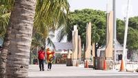 Pengunjung menikmati suasana Pantai Festival Taman Impian Jaya Ancol, Jakarta, Sabtu (20/6/2020). Setelah ditutup selama dua bulan akibat pandemi COVID-19, Kawasan rekreasi Taman Impian Jaya Ancol kembali dibuka. (Liputan6.com/Angga Yuniar)
