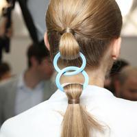 Supaya rambut ponytail lebih terjaga, coba ikat dengan aksesoris rambut yang fashionable ini. (Sumber foto: Vogue)