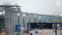 Suasana kondisi proyek pembangunan pembangunan Light Rail Transit (LRT) Cibubur, Jakarta, Senin (13/8). Pengerjaan proyek pembangunan LRT Jabodetabek meliputi tiga rute dan ditargetkan rampung pada 2019. (Liputan6.com/Faizal Fanani)