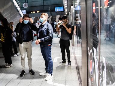Orang-orang yang menaiki Metro mengenakan masker di Kopenhagen Sabtu (22/8/2020) dini hari. Pemerintah Denmark telah mewajibkan pemakaian masker di semua angkutan umum untuk mencegah penyebaran Covid-19 mulai Sabtu (22/8) ini.  (Olafur Steinar Rye Gestsson/Ritzau Scanpix via AP)