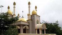 Lokasi dibangunnya masjid yang berada di kaki Gunung Lompobattang itu ternyata dikenal warga sebagai tempat keramat. Bahkan dulunya lokasi itu terdapat batu besar yang menjadi lokasi untuk melakukan ritual pemujaan.