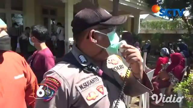 Vaksinasi massal di Rumah Sehat Jalan Nias, Kelurahan Airlangga, Kecamatan Gubeng, Surabaya, ini justru menimbulkan kerumunan warga.