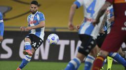 Penyerang Napoli, Dries Mertens melakukan tendangan bebas saat bertanding melawan AS Roma pada pertandingan lanjutan Liga Serie A Italia di stadion Olimpiade di Roma, Senin (22/3/2021). Dengan hasil ini, Napoli mengamankan posisi lima dengan 53 poin dari 27 laga. (Alfredo Falcone/LaPresse via AP)