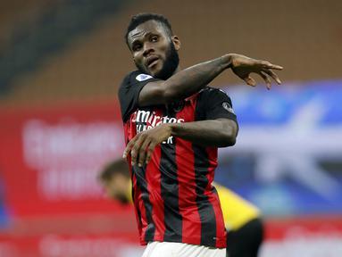 Gelandang AC Milan, Franck Kessie melakukan selebrasi usai mencetak gol penyeimbang 1-1 ke gawang Udinese di masa injury time dalam laga lanjutan Liga Italia 2020/21 pekan ke-25 di San Siro Stadium, Rabu (3/3/2021). AC Milan bermain imbang 1-1 dengan Udinese. (AP/Antonio Calanni)