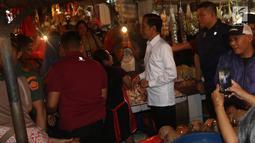 Presiden Joko Widodo atau Jokowi saat blusukan di Pasar Minggu, Jakarta, Jumat (22/2). Jokowi menyusuri jalan yang masih becek lantaran habis hujan dan belum dibersihkan petugas. (Liputan6.com/Angga Yuniar)