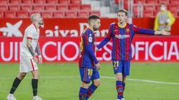 Gelandang Barcelona, Frenkie de Jong, saat ditaklukkan Sevilla pada laga leg pertama semifinal Copa del Rey di Estadio Ramon Sanchez Pizjuan, Kamis (11/2/2021). Barcelona tumbang dengan skor 2-0. (AP/Angel Fernandez)
