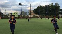 Hanif Sjahbandi dan Bagas Adi Nugroho saat menjalani latihan bersama tim U-18 FC Tokyo. (Bola.com/Facebook FC Tokyo)