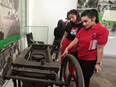 Caleg artis dari PDIP Krisdayanti, dan Kirana Larasati  melihat koleksi Museum Kebangkitan Nasional, Jakarta, Selasa (25/9).(Liputan6.com/ Faizal Fanani)