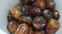 Buah kurma menjadi salah satu makanan yang dianjurkan untuk dikonsumsi bagi setiap muslim yang akan melaksanakan ibadah puasa. (Liputan6.com/Jayadi Supriadin)