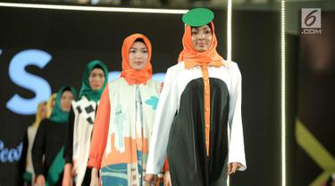 Model dengan busana rancangan desainer Nys.co ft, Hannie Hananto dari Indonesia dalam Jakarta Modest Fashion Week 2018 (JMFW) di Gandaria City, Jakarta, Kamis (26/7). JMFW juga diikuti 21 negara. (Liputan6.com/Faizal Fanani)