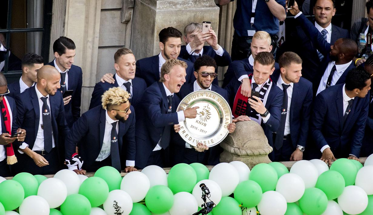Para pemain Feyenoord memperlihatkan trofi juara Liga Eredivisie Belanda di Rotterdam (15/5). Feyenoord mengunci gelar liga musim ini dengan total 82 poin, unggul satu angka dari runner-up Ajax Amsterdam. (AFP Photo/ANP/Koen Van Weel/Netherlands Out)