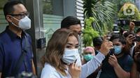 Artis Gisella Anastasia atau Gisel usai memenuhi panggilan polisi terkait kasus penyebaran video syur mirip dirinya di Mapolda Metro Jaya, Jakarta, Selasa (17/11/2020). Dari kasus tersebut kepolisian berhasil mengamankan dua tersangka dengan inisial PP dan MN. (Liputan6.com/ Herman Zakharia)