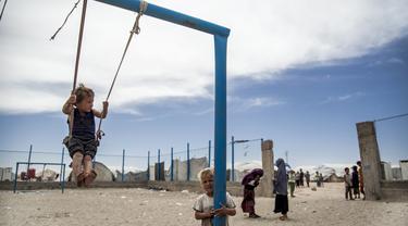 Anak-anak bermain di Kamp al-Hol, Provinsi Hasakeh, Suriah, Sabtu (1/5/2021). Kamp al-Hol menampung sekitar 60.000 pengungsi termasuk keluarga dan pendukung ISIS, banyak dari mereka warga negara asing. (AP Photo/Baderkhan Ahmad)