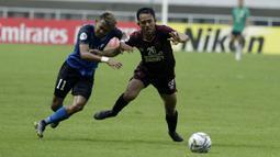 Bek PSM Makassar, Taufik Hidayat, berebut bola dengan striker Home United, Hafiz Nor, pada laga Piala AFC 2019 di Stadion Pakansari, Jawa Barat, Selasa (30/4). PSM menang 3-2 atas Home United. (Bola.com/M Iqbal Ichsan)