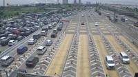 Situasi antrian kendaraan sekitaran Gerbang Tol Cikarang Utama arah Cikampek terpantau padat. (TMC Polda Metro)
