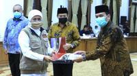 Penyerahan Pergub Jatim dan SK Gubernur Jatim pada Kamis, 23 April 2020 terkait rencana penerapan PSBB Surabaya raya. (Foto: Liputan6.com/Dian Kurniawan)