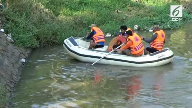 Memilih lewat jalan pintas, tukang becak dan penumpangnya malah hilang. Penyebabnya diduga karena terseret aliran Sungai Gembong.