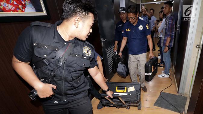 Petugas melakukan olah TKP penemuan bekas tembakan peluru di Lantai 10 Gedung Nusantara I, Jakarta, Rabu (17/10). Bekas tembakan peluru ditemukan di ruang kerja Anggota DPR F-Partai Demokrat Vivi Sumatri dan F-PAN Totok Daryanto. (Liputan6.com/JohanTallo)
