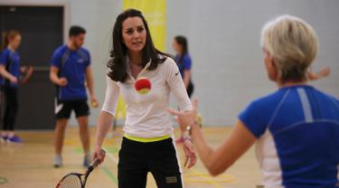 Duchess of Cambridge, Kate Middleton saat ambil bagian dalam latihan tenis di Sekolah Tinggi Craigmount, Skotlandia, Inggris, Rabu (24/2). Dalam latihan ini, Kate dibimbing oleh ibu dari petenis dunia Andy Murray, Judy. (REUTERS/Andrew Milligan/pool)