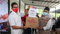 Menparekraf Sandiaga Uno merayakan HUT ke-76 RI dengan membagikan paket sembako di Jakarta Barat. (Foto: Istimewa)
