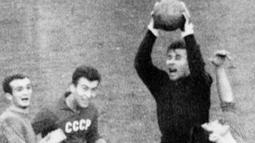 Di level Timnas, penjaga gawang andal ini berhasil membawa Uni Soviet memenangkan medali emas Olimpiade Musim Panas 1956 dan Piala Eropa 1960. (Photo by STAFF / AFP)