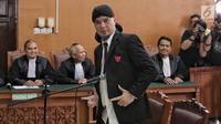 Terdakwa Ahmad Dhani memberi salam kepada wartawan usai menjalani sidang lanjutan atas kasus ujaran kebencian di PN Jakarta Selatan, Senin (28/1). Hakim menuntut Ahmad Dhani dengan pidana penjara 1 tahun 6 bulan. (Liputan6.com/Faizal Fanani)
