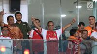 Gubernur DKI Jakarta, Anies Baswedan merayakan kemenangan Persija atas Song Lam Nghe An pada laga grup H Piala AFC di Stadion GBK Jakarta, Rabu (14/3). Persija unggul 1-0 atas Song Lam Nghe An. (Liputan6.com/Helmi Fithriansyah)