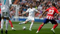 Pemain Real Madrid Toni Kroos bersiap menendang bola saat melawan Atletico Madrid dalam pertandingan La Liga Spanyol di stadion Santiago Bernabeu di Madrid (8/4). Real Madrid ditahan imbang 1-1 oleh Atletico Madrid. (AP Photo / Francisco Seco)