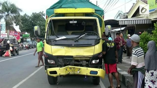Dua orang pemotor tewas setelah ditabrak sebuah truk di Ponorogo, Jawa Timur. Saat kejadian, truk sedang membawa ribuan liter miras.