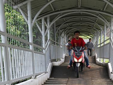 Pemotor Lintasi Jembatan Penyeberangan Orang