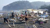 Dampak gelombang tinggi di perairan selatan Cilacap, 2018. (Foto: Liputan6.com/BPBD/Muhamad Ridlo)