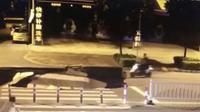 Seorang pengendara skuter tertangkap kameran masuk ke dalam lubang besar  menganga di sebuah jalan di kota Beihai, Guanxi, China. (Shanghaiist)