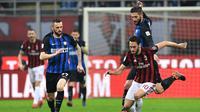 AC Milan bermain 0-0 kontra Inter Milan pada laga tunda pekan ke-27 Serie A, di San Siro, Rabu (4/4/2018). (AFP/Miguel Medina)
