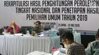 Komisioner KPU RI, Ilham Saputra (kiri) memimpin rapat Rekapitulasi Hasil Penghitungan Perolehan Suara Tingkat Nasional dan Penetapan Hasil Pemilihan Umum Tahun 2019, Jakarta, Rabu (7/5/2019). Rapat masih membahas dan menetapkan hasil perolehan suara dari PPLN. (Liputan6.com/Helmi Fithriansyah)