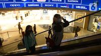 Aktivitas pengunjung mal Grand Indonesia di Jakarta, Kamis (17/9/2020). Pada PSBB jilid dua atau pengetatan yang mulai diterapkan pada 14 September 2020 kemarin, Mal atau pusat perbelanjaan tetap diizinkan beroperasi dengan kapasitas wajib maksimal 50 persen dari kapasitas. (merdeka.com/Imam Buhori)