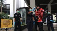 Petugas mengecek suhu tubuh pegawai di lingkungan Pemprov DKI Jakarta, Rabu (4/3/2020). Hal ini dilakukan sebagai upaya mencegah penyebaran virus Corona. (Merdeka.com/Yunita Amalia)