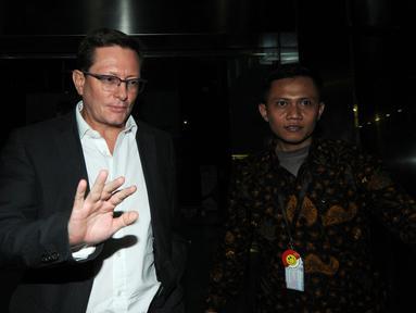 CEO PT Airbus Group Indonesia, Laurent Godin usai menjalani pemeriksaan di Gedung KPK, Jakarta, Jumat (20/4). Laurent diperiksa sebagai saksi untuk tersangka mantan Dirut PT Garuda Indonesia Emirsyah Satar. (Merdeka.com/Dwi Narwoko)