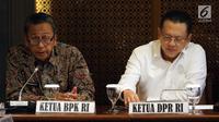 Ketua BPK, Moermahadi Soerja Djanegara didampingi Ketua DPR, Bambang Soesatyo memberikan keterangan di Jakarta, Rabu (31/1). BPK menyerahkan laporan audit investigatif terhadap proses pembangunan Terminal Peti Kemas (TPK) Koja. (Liputan6.com/Johan Tallo)