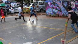 Anak-anak bermain bola di Ruang Publik Terbuka Ramah Anak (RPTRA) Rusun Petamburan, Jakarta, Selasa (9/10). Anggaran pembangunan RPTRA yang semula Rp 1,2 miliar kini dipangkas menjadi Rp1 miliar. (Liputan6.com/Faizal Fanani)