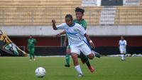 Laju striker tim putri Persib, Febriana Kusumaningrum (putih), coba dihentikan pemain belakang PSS dalam laga Liga 1 Putri 2019 di Stadion Maguwoharjo, Sleman (7/10/2019). (Bola com/Vincentius Atmaja)