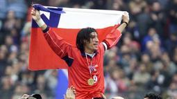 5. Ivan Zamorano (Cile) - Pada 2003 secara resmi pensiun dari Timnas. Tampil pada Piala Dunia 1998 di Prancis. Selama babak kualifikasi 1987-2001 mampu mencetak 17 gol dari 24 laga, dengan ratio 0,71 gol per-laga. (AFP/Matias Recart)