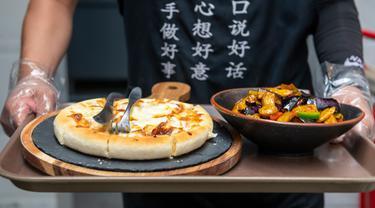 Staf menyajikan hidangan di sebuah restoran vegetarian di Kunming, Provinsi Yunnan, China barat daya, pada 14 Juni 2020. Dalam beberapa tahun terakhir, hidangan vegetarian menjadi populer di kalangan konsumen karena semakin banyak restoran vegetarian bermunculan di Kunming. (Xinhua/Chen Xinbo)