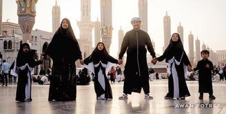 Bisa membahagiakan orang-orang tersayang adalah dambaan sebagian besar orang. Hal ini nampaknya tengah dirasakan Irfan Hakim yang memboyong keluarga besarnya pergi umroh ke Tanah Suci Mekkah. (Instagram/irfanhakim75)