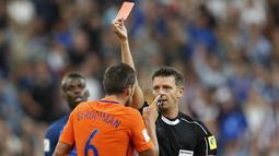 Pemain Belanda, Kevin Strootman menerima kartu merah dari wasit Gianluca Rocchi saat melawan Prancis pada kualifikasi Piala Dunia 2018 Grup A di Stade de France stadium, Saint-Denis, (31/8/2017). Prancis menang 4-0. (AP/Christophe Ena)