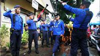 Anggoro Setyo Pramono (25) saat melakukan prosesi nozzle pora. (Times Indonesia/Adhitya Hendra)