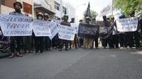 RIbuan orang menggelar aksi demo di depan kantor PCNU Solo terkait aksi pembakaran bendera tauhid yang dilakukan oknum Banser di Garut,Selasa (23/10).(Liputan6.com/Fajar Abrori)